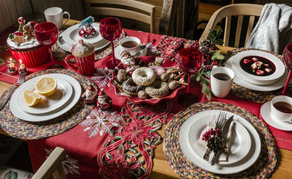 Czerwona dekoracja stołu bożonarodzeniowego