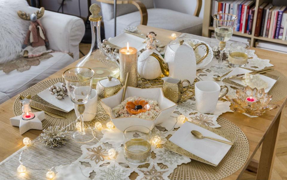 zlota dekoracja stolu na boze narodzenie glowne